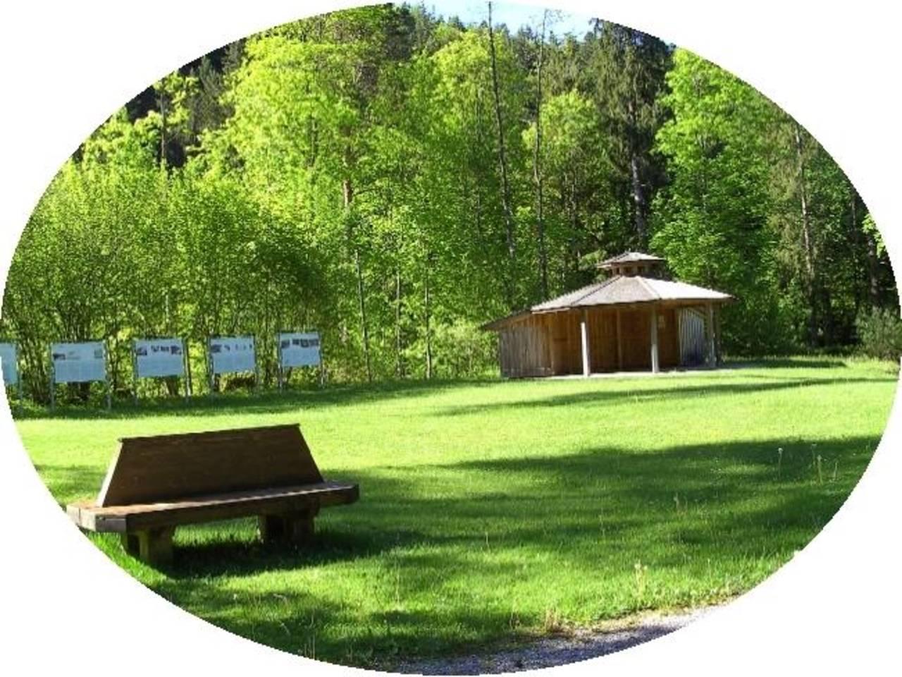 ... Ruhebänken und Paviliion ...