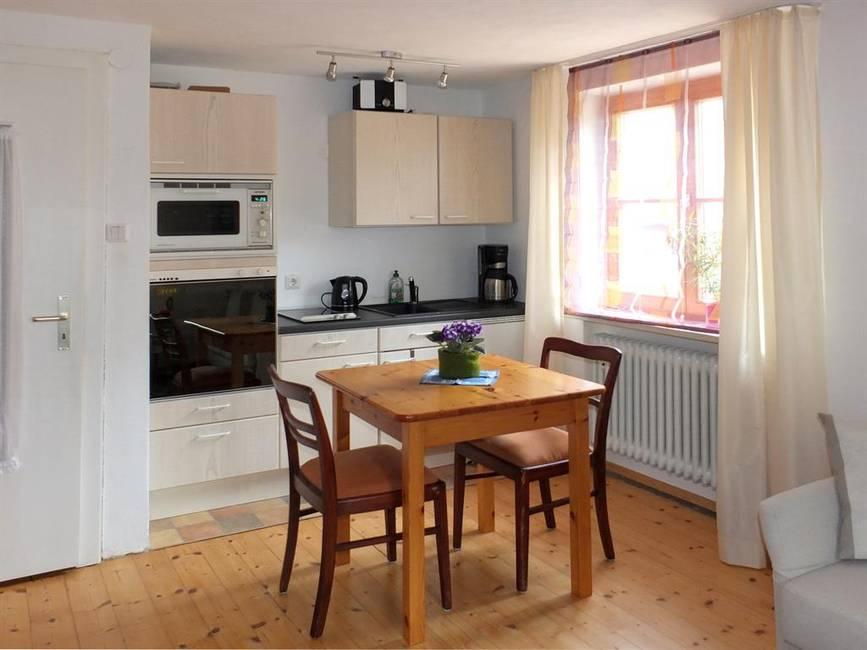 Küchenzeile & Esstisch