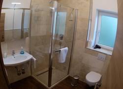 Antik-marmoriertes Bad mit Dusche, WC & Waschplatz