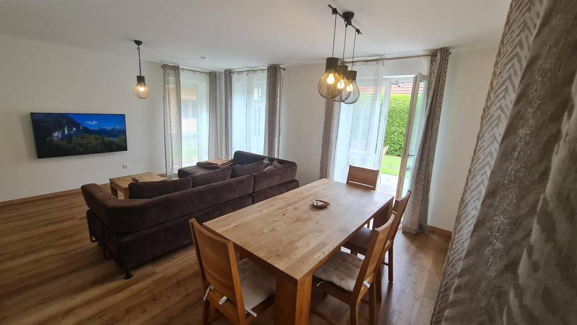 Alpina Wohnlounge m. Smart TV & XXL-Couch