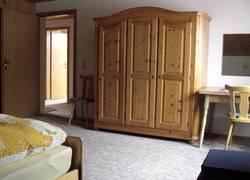 Schlafzimmer mit Blick zur Tür