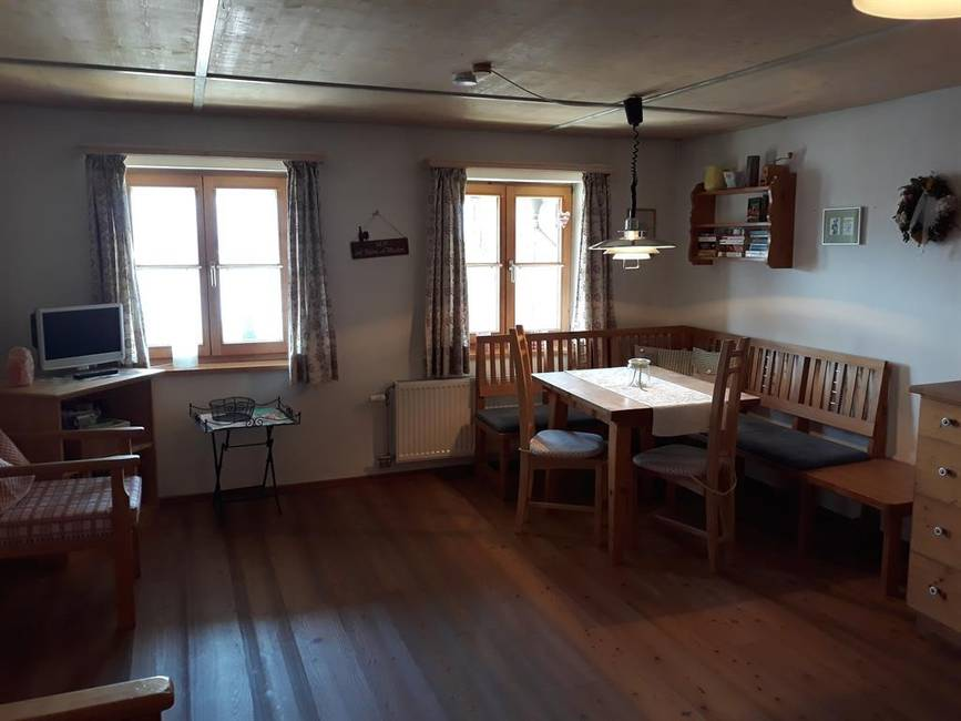 Wohnküche mit Esstisch und Seeblick