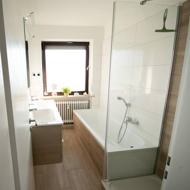 Bad mit Dusche Badewanne Fußbodenheizung