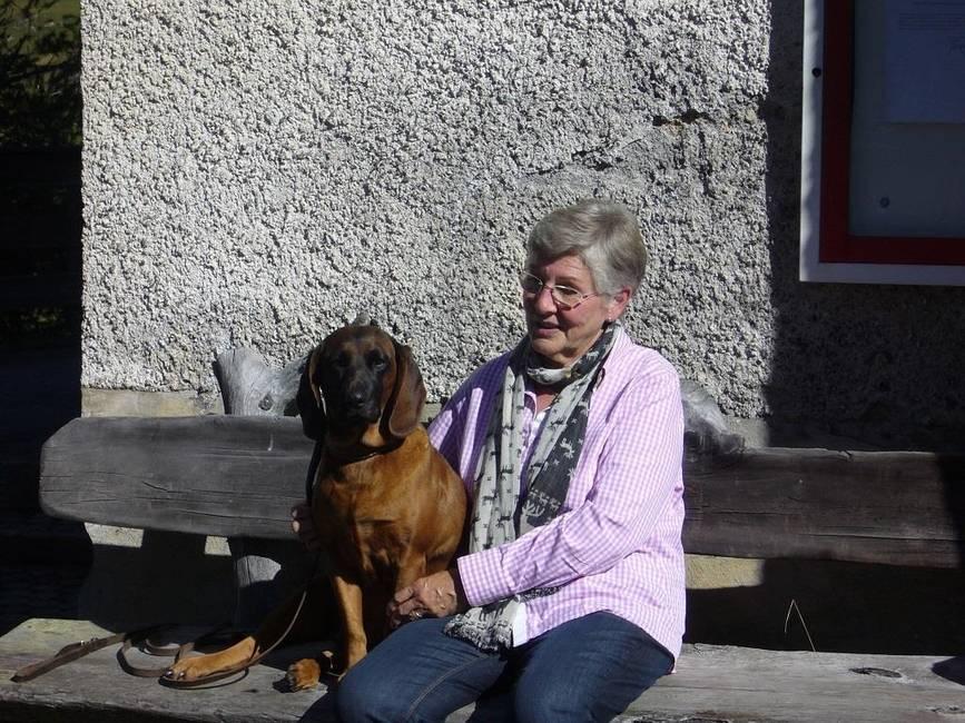 Ihre Gastgeberin - mit unserem Jagdhund Kuni