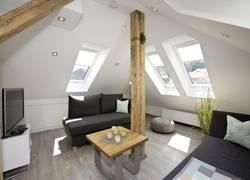 Wohnzimmer mit großen Dachfenstern