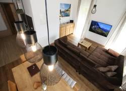 Moderne Wohnlounge mit XXL-Sofa & Smart-TV