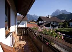 Balkon mit Ausblick auf die Berge