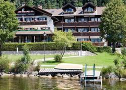 Blick auf das Haupthaus vom See aus