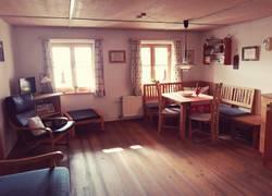 Wohnküche mit Sofa und Seeblick