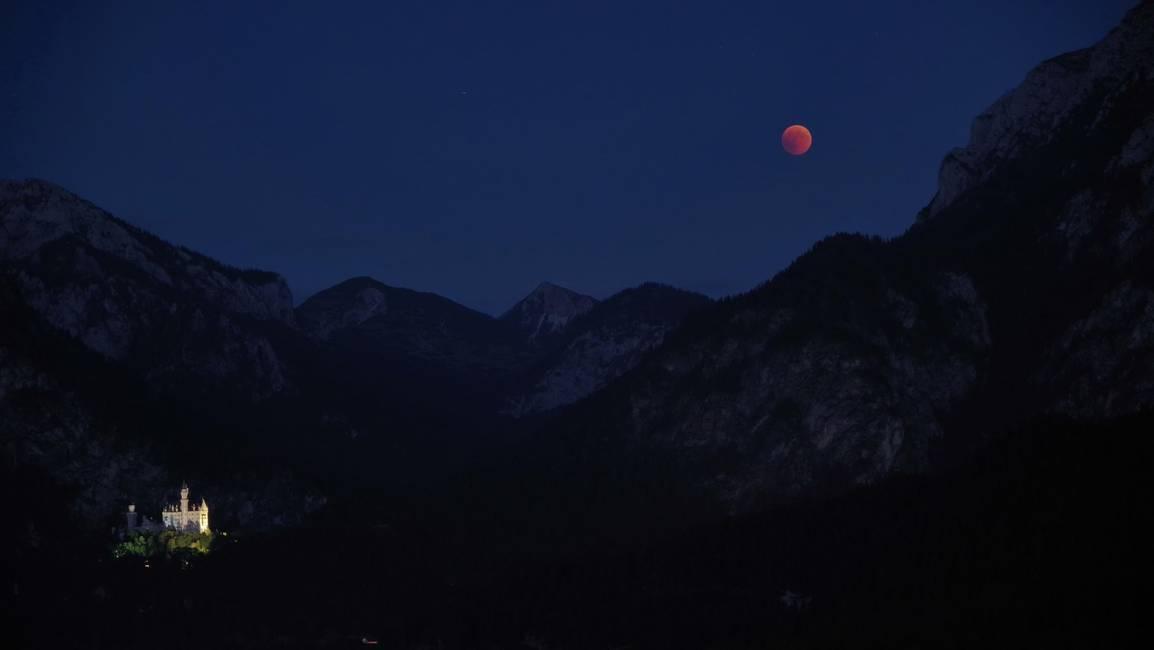 Roter Mond über Neuschwanstein-verkleinert (2)