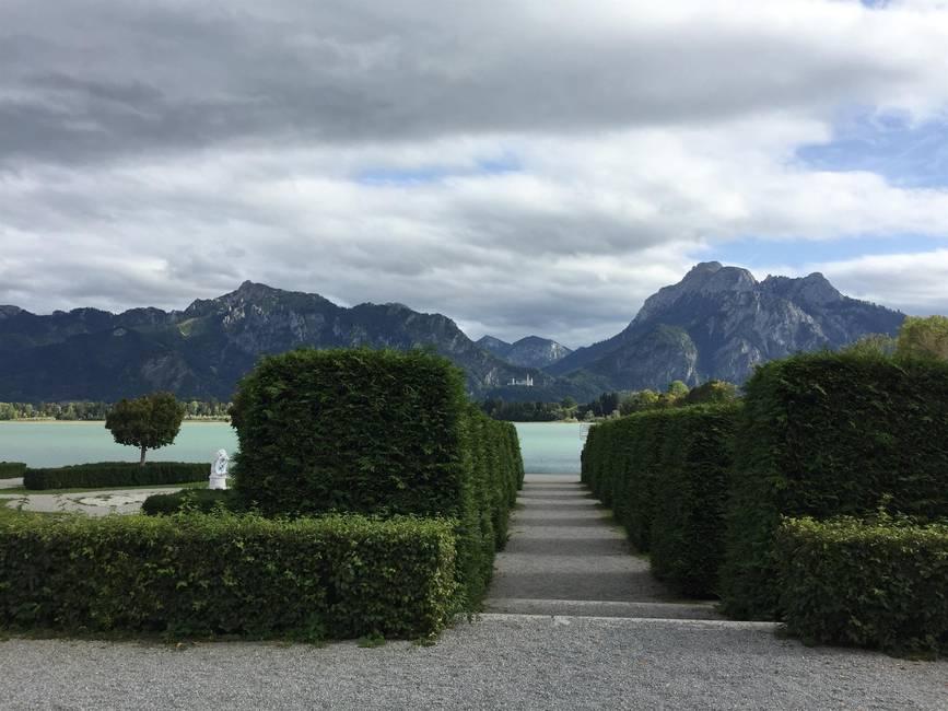 Seepromenade mit Blick auf Neuschwanstein
