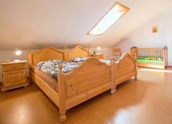 großes Schlafzimmer mit Kinderecke