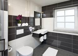 Badezimmer Superior Vierbettzimmer