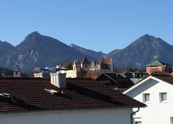Hohes Schloß eingerahmt von den Tiroler Bergen