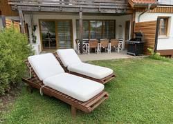 Garten mit Terrasse und Liegestühlen