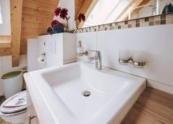 großes Waschbecken im Badezimmer