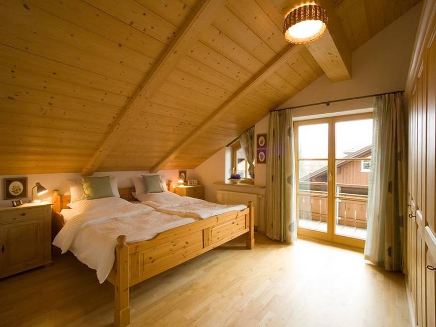 Schlafzimmer mit Ostbalkon