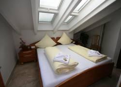 Schlafzimmer mit großen Dachfenstern