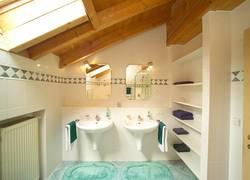 Badezimmer mit Dachfenster. 2jpg