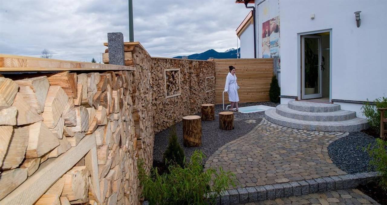 Hotel Sommer-Sauna Aussenbereich mit Tauchbecken