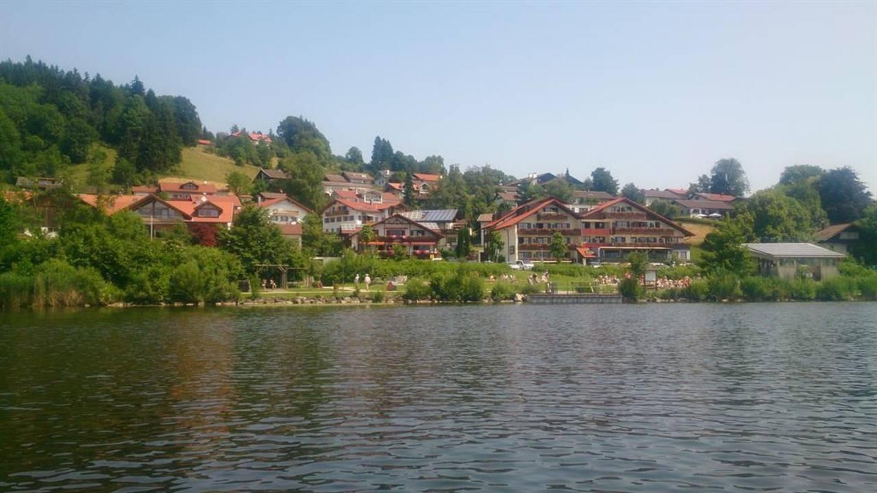 Blick vom See zum Haus
