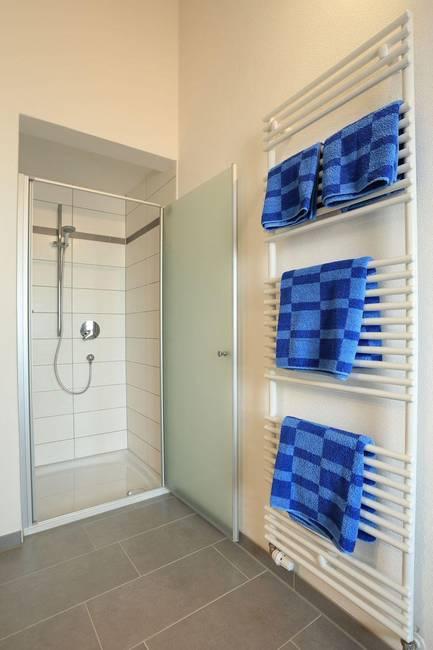 Bad mit Dusche und Handtuchtrockner
