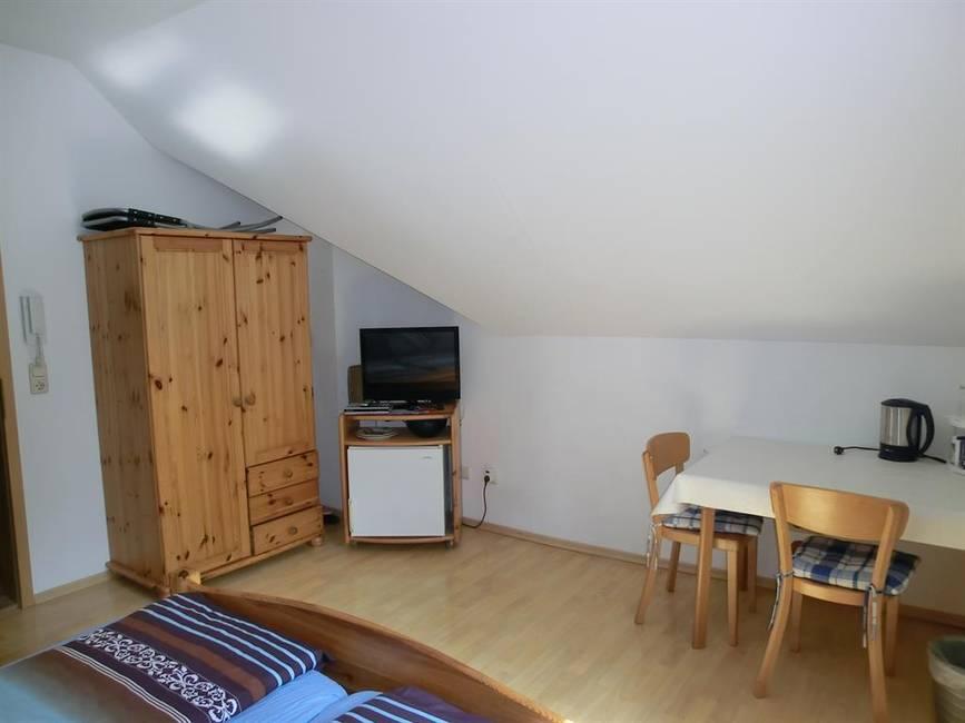 Fernseher, Kühlschrank und Frühstuckstisch
