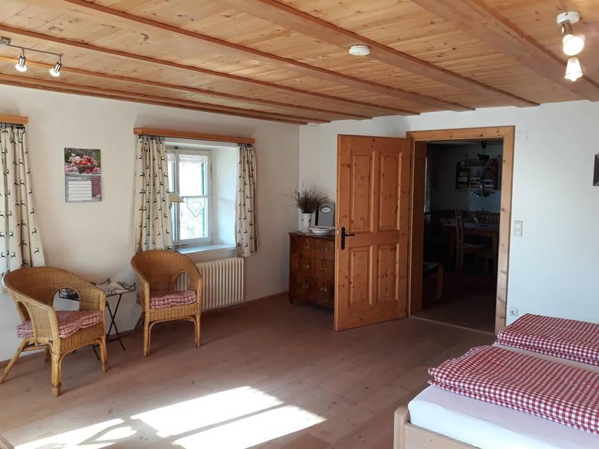 Schlafzimmer mit Tür zur Wohnküche