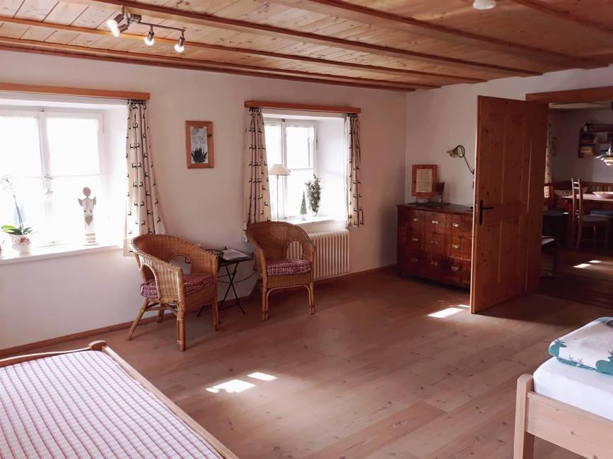 Schlafzimmer mit Sitzecke und Seeblick