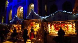 In den weihnachtlich dekorierten Ständen des Füssener Adventsmarktes, die den mittelalterlichen Füssener Hausfassaden nachempfunden sind, warten Weihnachtsschmuck, Schönes aus Filz, Holzschnitzereien, Türkränze und Gestecke, handgemachte Seifen und Geschenke aus der Küche auf die Käufer.