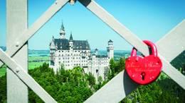 """Besuchen Sie die Weltkulturerbe """"Schloss Neuschwanstein"""" und genießen Sie die wunderbare Aussicht auf das königliche Schloss von der Marienbrücke aus."""