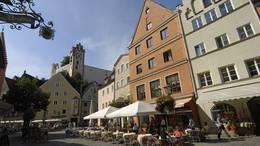 Laufen Sie durch die malerische Alstadt Füssens und endecken Sie die historischen Gebäude des Allgäus.