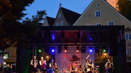 Von Bairisch bis Salsa! Die ganze Altstadt wird zur Open-Air-Festmeile beim Füssener Stadtfest im August.