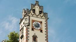 Blick auf den Uhrturm des Hohen Schlosses in der romantischen Füssener Altstadt.
