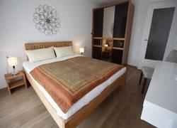 Doppelbett und geräumiger Kleiderschrank