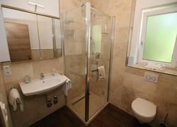 Antik-Marmor. Bad mit kompf. Dusche & WC