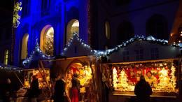 Weihnachtlich geschmückte Hütten beim Advenstmarkt in Füssen im Allgäu.