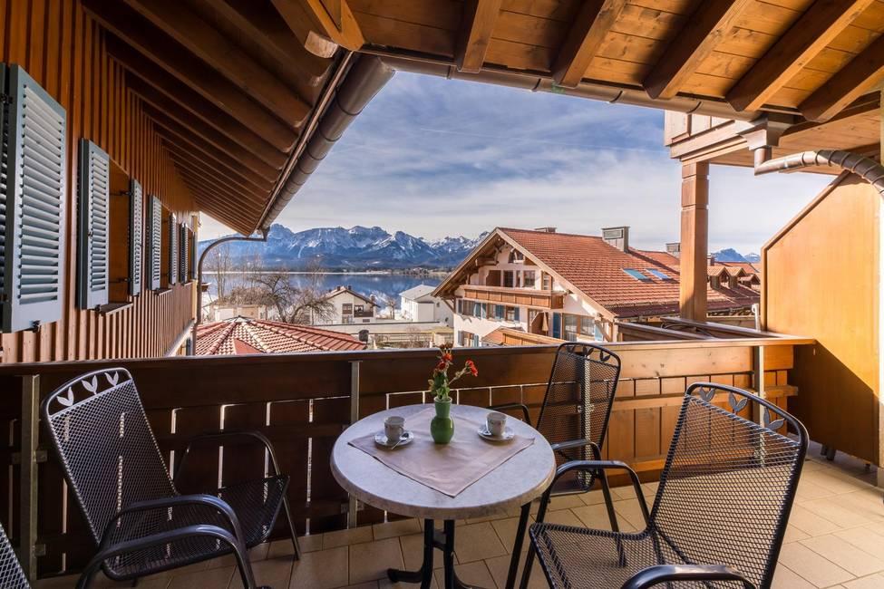 Balkon mit Berg und Seeblick