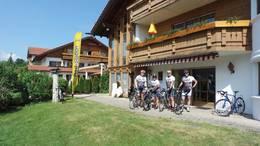Radfahrer vor der Radstation Easy-Tours im Hotel Sommer am Forggensee.