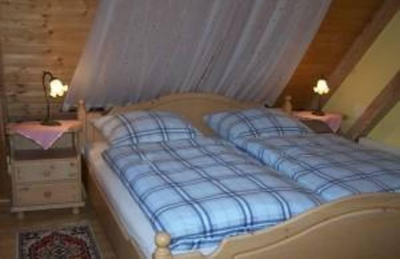 1-Separates Schlafzimmer mit Doppelbett und Einbau