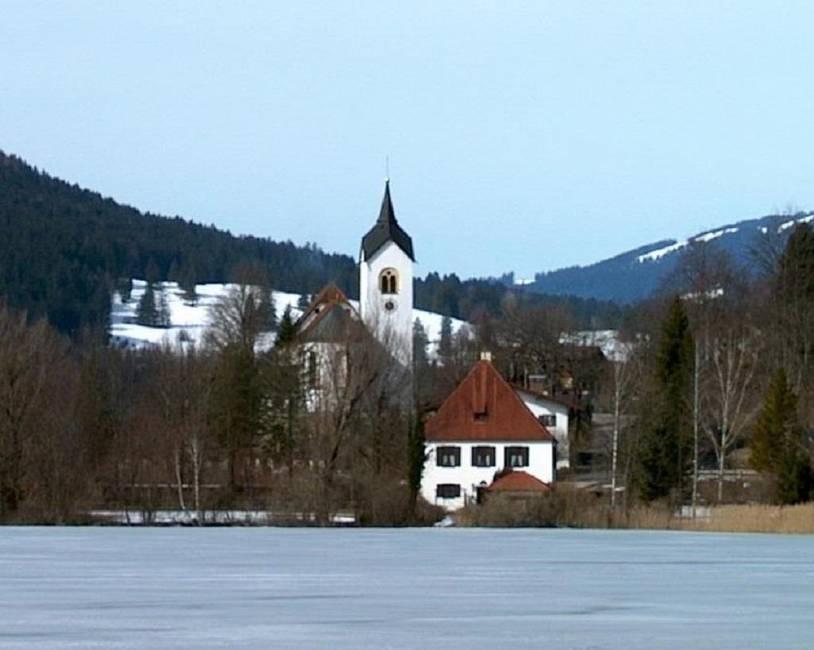 Blick vom Haus über den See zur Kirche