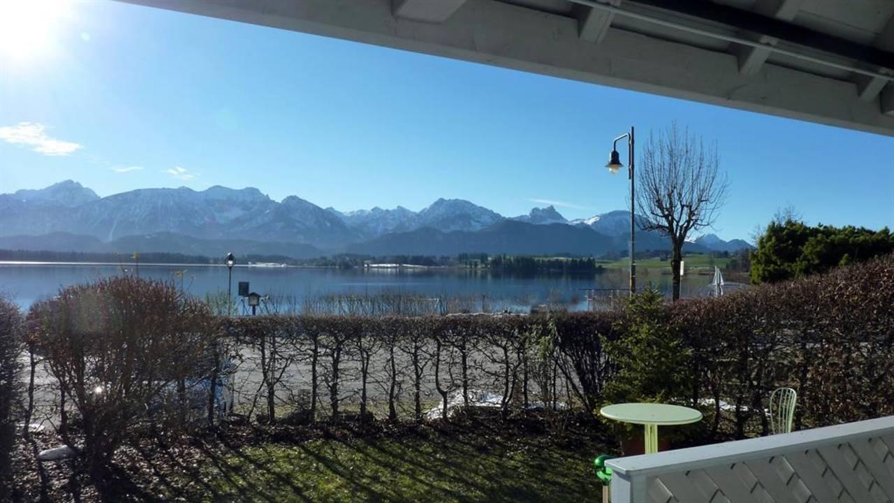 Blick von der Terrasse auf See und Berge