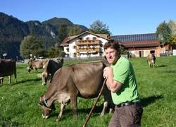 Hofbild Kuh und Bauer