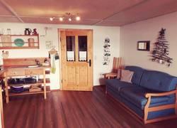 Wohnküche mit Tür zum Flur und Badezimmer