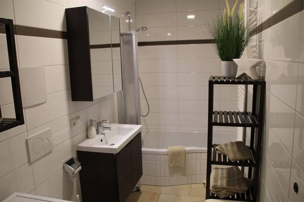 Bad mit Badewanne und Spiegelschrank