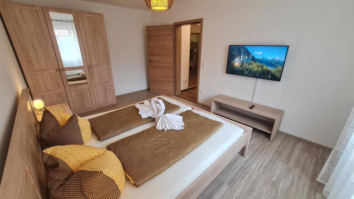Schlafzimmer m. Doppelbett, SRT-TV & Spiegelschrnk