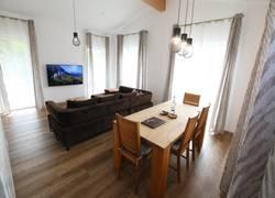 Sonnige Wohnlounge mit XXL-Sofa & Smart-TV