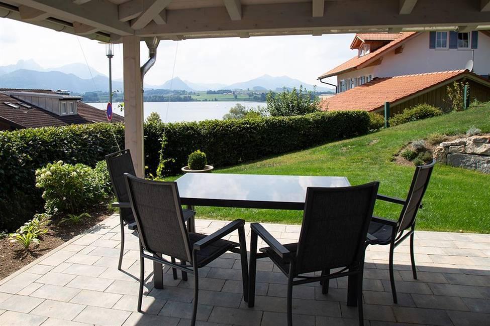 Große, überdachte Terrasse mit See- und Berg-Blick