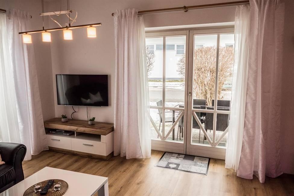 Blick auf Terasse vom Wohnzimmer