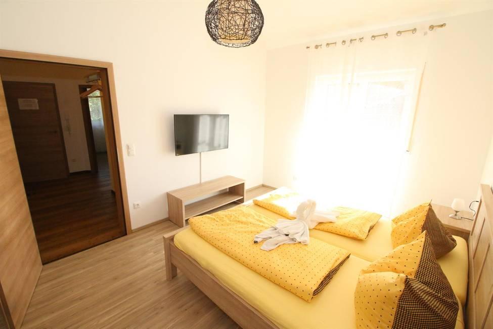 Schlafzimmer mit Doppelbett & Smart TV & Schrank
